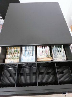 – Két đựng tiền thu ngân kết nối với máy vi tính cài phần mềm quản lý, máy tính tiền , máy in hóa đơn. – Sử dụng tại các quầy thu ngân tính tiền – Két đựng tiền kiểu dáng đẹp, chắc chắn. – 4 ngăn tiền giấy, 2 ô tiền xu, 1 ô tiền giấy lẻ. – Khóa két: Xung điện & khóa chìa, khi thanh toán hóa đơn két đựng tiền tự bật ra. – Cấu trúc vỏ thép chắc chắn – Kích thước (mm): 335 (W) x 368 (L) x 80 (H) – Màu Đen